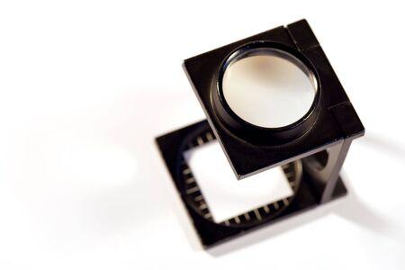 imprenta: Profundidad baja de la imagen del campo de una lupa de las impresoras en el fondo blanco. Foto de archivo