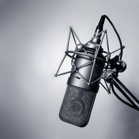 microfono radio: En blanco y negro la imagen de un micr�fono de estudio.