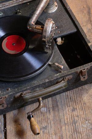 crank: Un antiguo jugador de cuadro de grabar con manivela, sentado en el piso �tico.