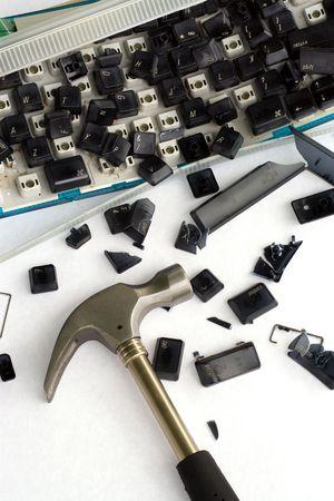dann: Ein Bild der Computerfrustration. Ich schlug meine Tastatur mit einem Hammer, machte dann Photos heftig. Lizenzfreie Bilder