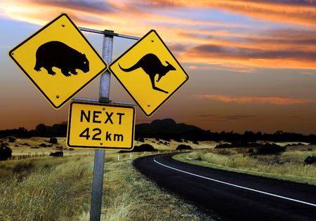 australie landschap: Een verkeersbord in de Outback van Australië. Focus ligt op het bord - landschap is iets verouderd focus.