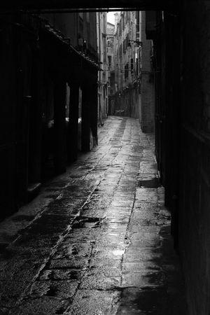alejce: Dark Alley w deszczowe ulice Wenecja, Włochy. Zdjęcie Seryjne
