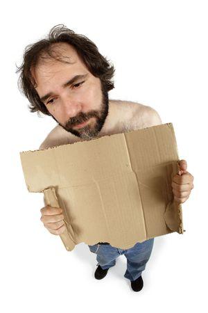 daremny: A bezdomnych clutching jeden człowiek rozdarty karton podpisania, wypełnione lęku i beznadziejności. Dodaj własną wiadomość. Shot z ryb oko obiektywu - skoncentrować się na twarzy. Zdjęcie Seryjne