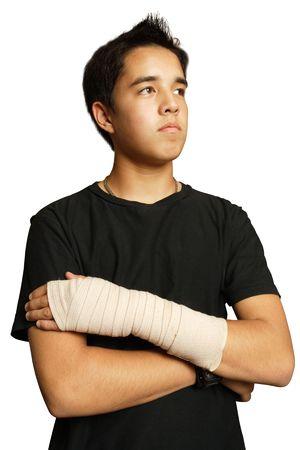 broken wrist: Un adolescente herido de Asia con un vendaje m�dico envuelto alrededor de su brazo.