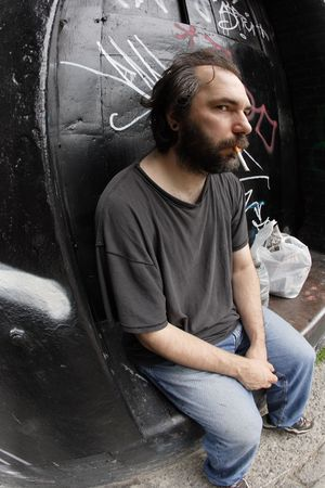 daremny: A bezdomnych ludzi na ulicach miasta, wypełnione lęku i beznadziejności. Shot rybami oczu obiektywu.