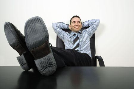 mani e piedi: felice imprenditore reclinabili con i suoi piedi fino e mani dietro la testa. Archivio Fotografico