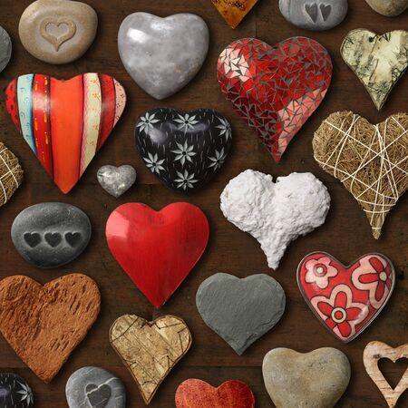 돌, 금속 및 나무로 만든 하트 모양의 것들의 배경.