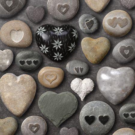 돌과 바위로 만든 하트 모양의 것들의 배경.