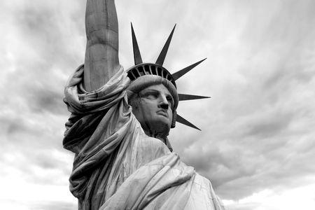 lady liberty: Foto de la estatua de la libertad en la ciudad de Nueva York. Versi�n de blanco y negro.