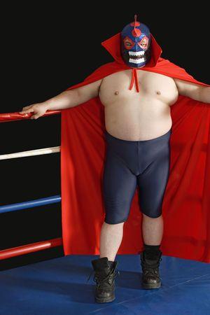 traje mexicano: Fotografía de un luchador mexicano o de pie de León en un ring de lucha libre.  Foto de archivo