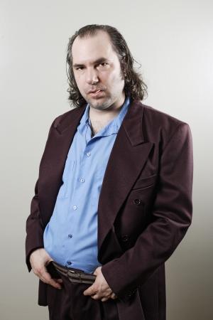 friki: Retrato de un vendedor de coches s�rdido, estafador, retro palo vistiendo guy escalofriante.