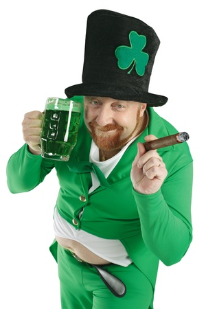 hombre fumando puro: Una foto de un duende beber cerveza verde en el d�a de San Patricio. Foto de archivo