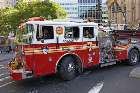 motor ardiendo: Nueva York, Nueva York, EEUU - el 9 de octubre de 2010: bomberos de Nueva York en un coche de bomberos por tierra a una emergencia.