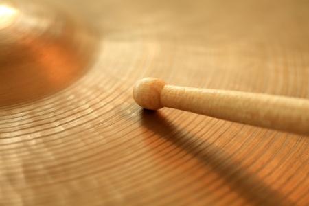 instruments de musique: Photo d'un pilon en jouant sur un salut-chapeau ou cymbale ride. Concentrez-vous sur la pointe du b�ton.