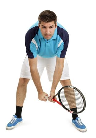 봉사를 기다리는 매력적인 남성 테니스 선수의 사진. 신발 주위에 약간의 그림자가있는 전신 촬영. 스톡 콘텐츠