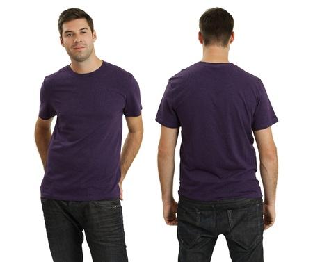 top model: Jonge man met lege paars t-shirt, voor en achter. Klaar voor uw ontwerp of logo.