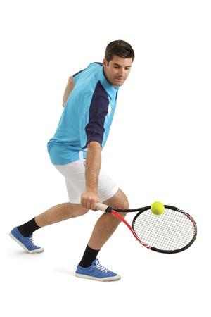 tenis: Foto de un jugador de tenis atractivo golpear la pelota de tenis.