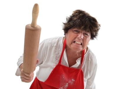 grumpy: Foto van een boze oude vrouw bedreigt met een deegroller. Stockfoto
