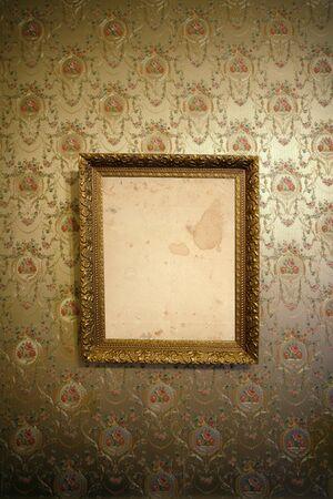 vintage foto: Foto van een antieke frame opknoping op een muur met vintage behang.