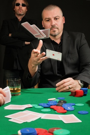 cartas de poker: Foto de un jugador de p�quer tirar sus cartas. Foto de archivo