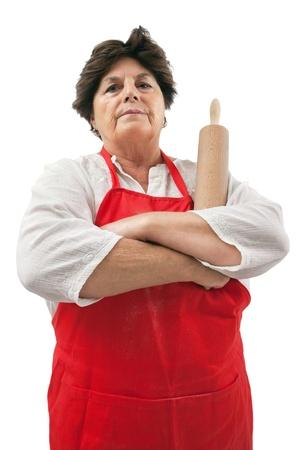 feindschaft: Foto von einem Senior Frau mit einem Nudelholz und missbilligenden Blendung.