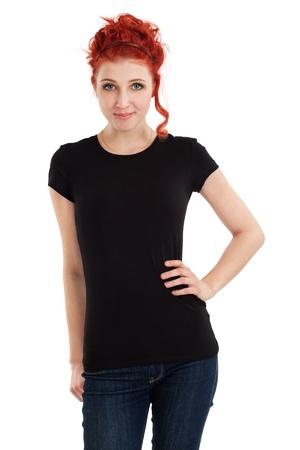 modelos negras: Mujer joven hermosa pelirroja con camisa negra en blanco. Listo para su diseño o arte.