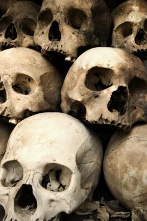 calaveras: Foto de un mont�n de cr�neos de los campos de exterminio en Phnom Penh, Camboya.