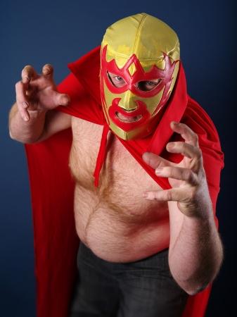 trajes mexicanos: un luchador o Luchador mexicano posando.