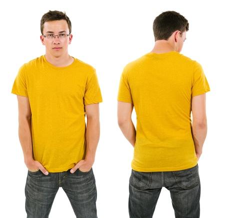 camisa: Foto de un hombre en su adolescencia posando con una camisa amarilla en blanco. Vista frontal y posterior disponibles para que su obra de arte o dise�os.