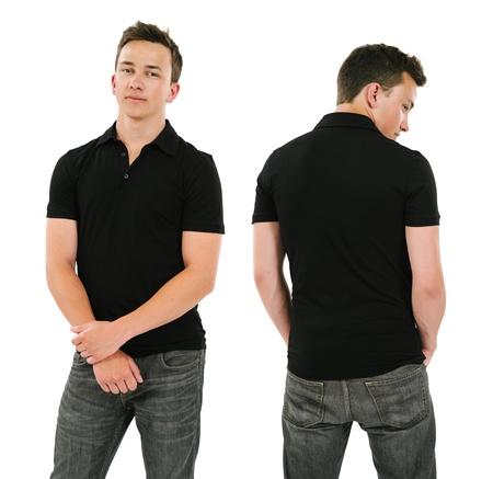 playera negra: Foto de un varón joven que presenta con un negro polo frontal en blanco y vista trasera listo para sus ilustraciones o diseños