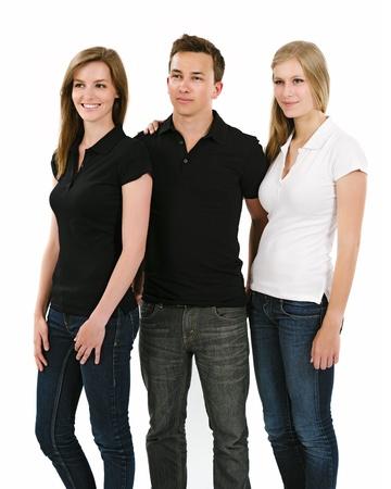 playera negra: Foto de tres jóvenes, dos hembras y un macho, posando con un espacio en blanco camisetas polo listo para sus ilustraciones o diseños