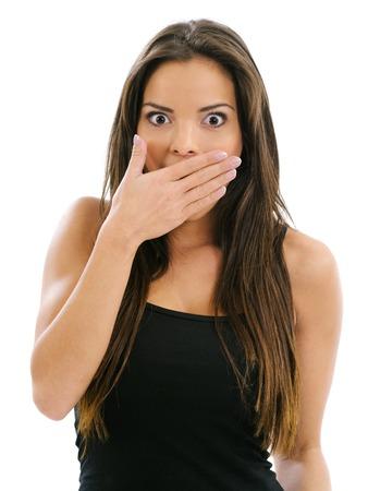 attraktiv: Foto von einer schönen Frau mit der Hand über den Mund und die Augen weit vom Schock.