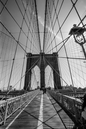 黒と白、ニューヨークのブルックリン橋の写真。 報道画像