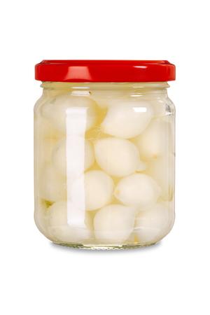 onions: Foto de un tarro de cebollas en escabeche aislados sobre fondo blanco. Foto de archivo