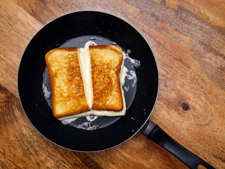 gegrilde kaas sandwich koken in een grote koekenpan.