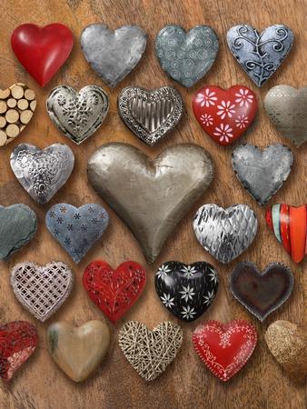 많은 하트 모양의 것들 사진 돌, 금속 및 목재 나무 배경으로했다.