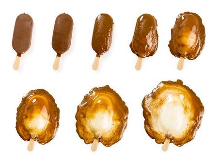 ice cream stick: Foto de un palo de helado de vainilla cubierto de chocolate en una progresi�n de fusi�n de ocho etapas. Trazados de recorte para cada etapa incluidos.