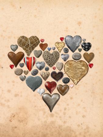 돌, 금속, 나무로 만든 하트 모양의 물건의 사진, 빈티지 종이 배경 위에 심장 모양으로 조립. 스톡 콘텐츠