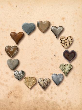 돌, 금속, 나무로 만든 하트 모양의 물건의 사진, 빈티지 종이 배경 위에 원형으로 조립.