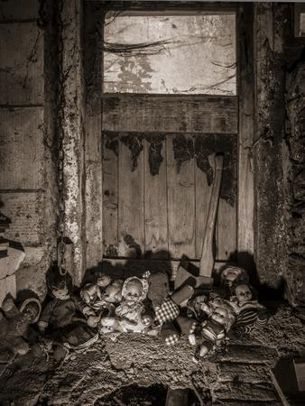 昔の人形の写真、古い納屋のドアに斧休んでスパイダーウェブスとほこりで覆われています。 写真素材