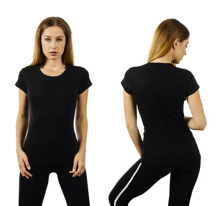 Foto de una mujer posando con una camiseta negra en blanco lista para su obra de arte o diseño.