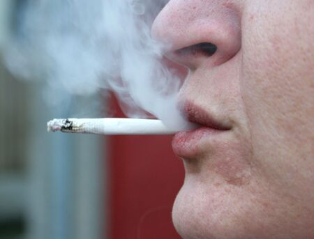 persona fumando: Una persona de fumar