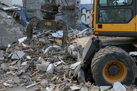 maquinaria pesada: Maquinaria pesada derribar un edificio condenado