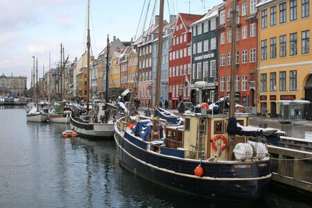 docked: A streetscene de Nyhavn, en Copenhague, Dinamarca