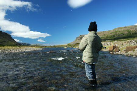 물고기를 물기를 기다리고있는 대 북동 대서양 연어 강에서 낚시를하는 어린 소년
