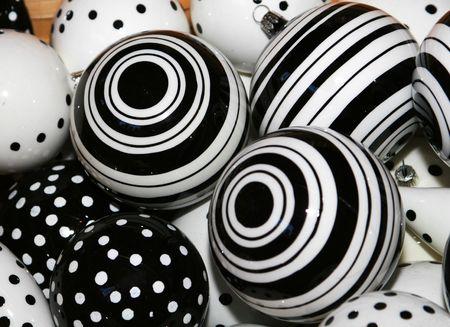 흑백 크리스마스 공 장식의 총 자른.