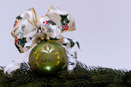 branche pin: Une d�coration de No�l traditionnel, avec boule de No�l avant No�l li�s � celle-ci, la branche de pin, de copier l'espace