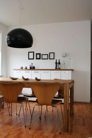 현대 거실, 흑백 장식, 벽에 4 개의 빈 검은 색 프레임