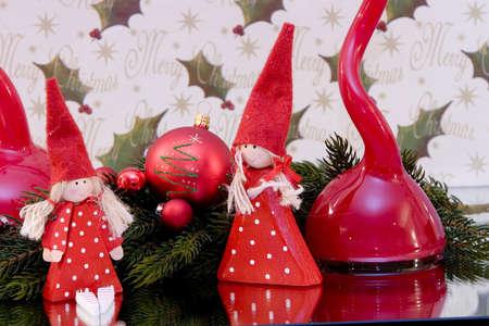 branche pin: Une d�coration traditionnelle de No�l, rouge boule de No�l avec christmasfigures debout, la branche de pin, de copier l'espace Banque d'images