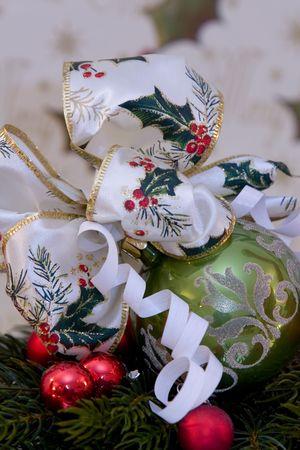 branche pin: Une d�coration de No�l traditionnel, avec boule de No�l avant No�l li�s � celle-ci, branche de pin, copie espace